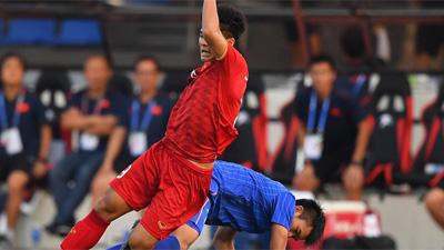 Khoảnh khắc Đức Chinh ngã đau đớn, cầu thủ Thái Lan vẫn lơ đẹp móc bóng tiểu xảo gây bức xúc