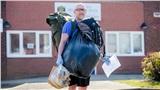 Thầy giáo đi bộ 8 cây số mỗi ngày để phát đủ 40 kg thức ăn miễn phí cho hơn 70 học sinh