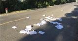Học sinh thi xong xé nát sách vở, ném ngổn ngang ra đường cao tốc