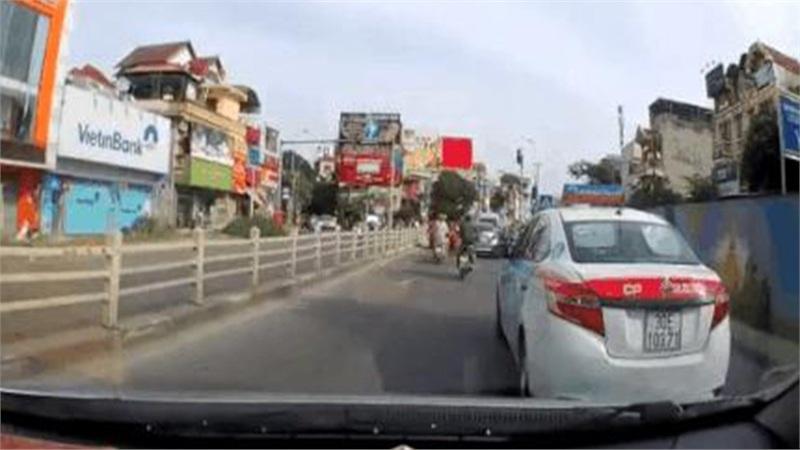 Bị taxi tạt đầu gây hấn, xe con tăng tốc và pha 'mèo vờn chuột' gay cấn như phim hành động