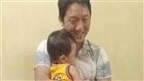 Khoảnh khắc xúc động: Người bố vỡ òa ôm chặt cậu con trai sau hơn 1 ngày kiếm tìm trong sợ hãi