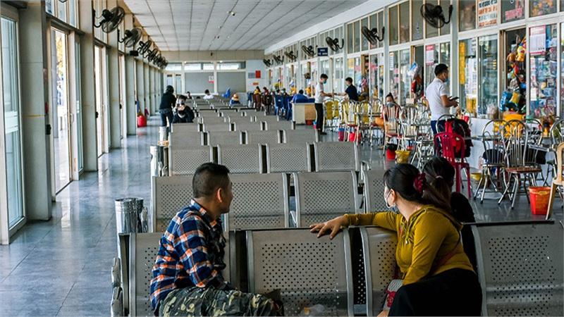 Bến xe Đà Nẵng vắng khách sau 30 ngày đóng cửa, bãi gửi xe lại gây bất ngờ vì không còn chỗ trống