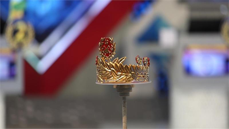 Cận cảnh chiếc vòng nguyệt quế bằng vàng 4 số 9 nguyên chất dành tặng Quán quân Olymia 2020