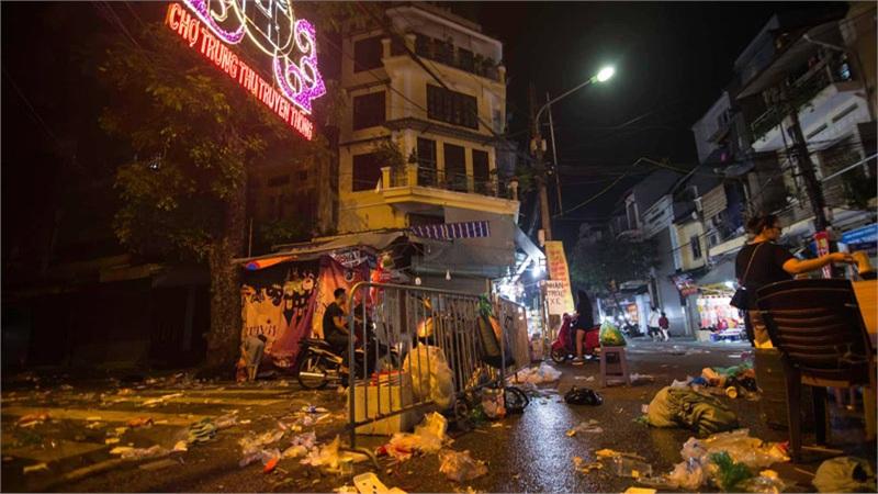 Ngán ngẩm cảnh rác thải chất thành đống, vứt ngập trên phố Hàng Mã cận Trung Thu
