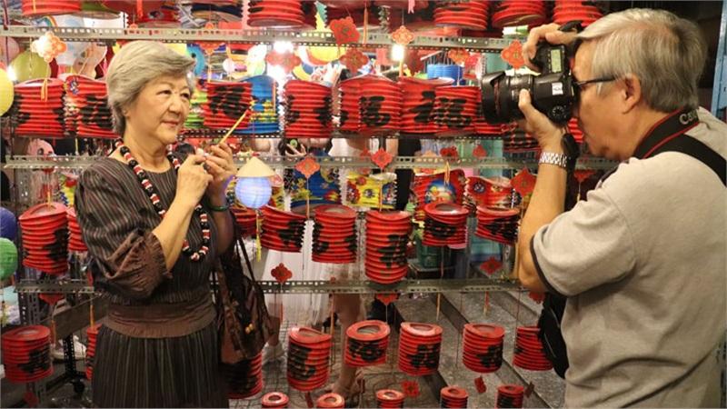 Xuất hiện cặp đôi U70 chiếm trọn spotlight phố Trung thu Lương Nhữ Học