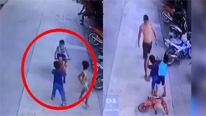 Clip: Thấy con bị đẩy ngã khi đang đi xe đạp, ông bố bất ngờ đấm thẳng đầu cậu bạn dằn mặt gây tranh cãi