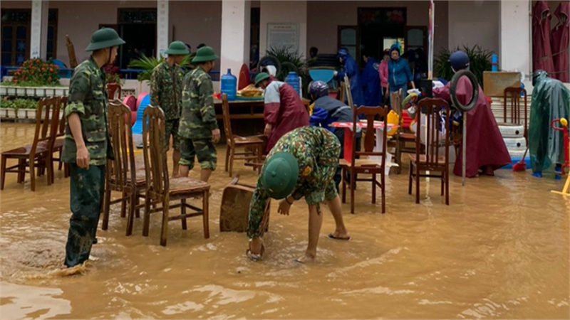 Quảng Bình: Trường ngâm lũ sâu gần 2m, nước rút trơ lại đồ đạc dụng cụ học tập ngập trong bùn đất