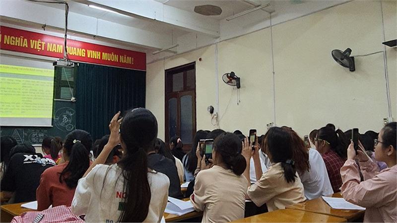 Ghi chép bài kiểu sinh viên: Giơ điện thoại chụp, nhưng có mở ra học hay không thì... chịu thôi