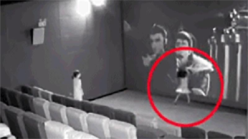 2 bé gái đá liên tiếp vào màn hình rạp chiếu phim gây thiệt hại cả trăm triệu đồng, nhưng vẫn chưa là gì so với cách hành xử của người mẹ