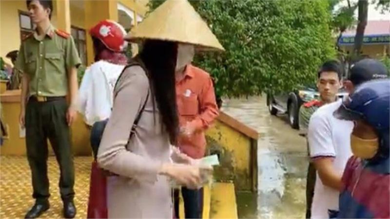 Vụ Thủy Tiên dừng phát tiền cứu trợ vì thấy người nhận đeo vàng: Bí thư Huyện ủy Hải Lăng nói gì?