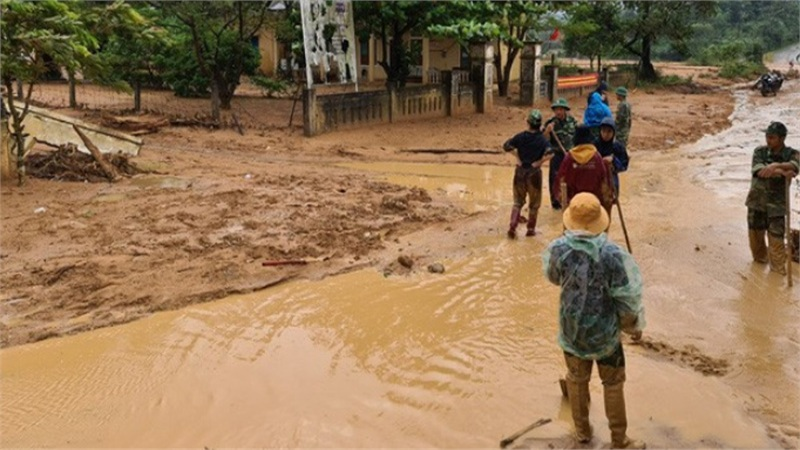 Bùn đất vẫn vùi lấp dày, nhiều trường ở Hà Tĩnh chưa thể dạy học trở lại