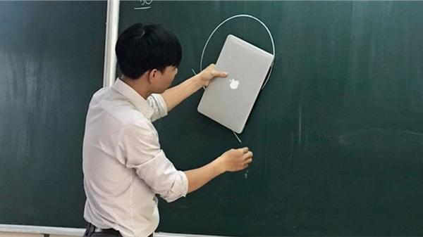 Đu trend 'nghèo không mua nổi thước kẻ' của học trò, thầy giáo chơi lớn lấy Macbook dùng tạm