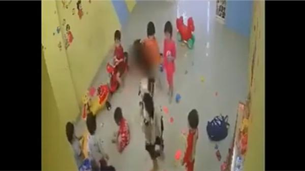 Vụ việc gây bức xúc: Học sinh mầm non bị cô giáo đánh như quân thù, cố tình kéo các em vào góc khuất camera để không ai trông thấy