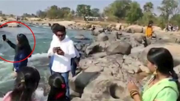 Đang selfie, cô gái trẻ chết thảm thương giữa dòng nước chảy xiết chỉ bởi 1 cú đẩy, đoạn clip hiện trường gây ám ảnh