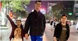 Việt Hương khoác tay 'người khổng lồ' Trần Ngọc Tú đi dạo ở Hải Phòng gây chú ý