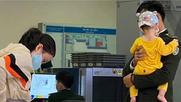 Nhân viên sân bay tận tình bế em bé giúp mẹ gây bão vì quá dễ thương, hội chị em tức tốc xin info