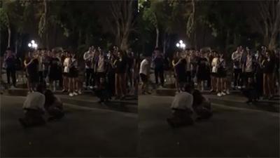 Bắt quả tang người yêu đi với trai lạ trên phố, phản ứng của chàng trai khiến tất cả lắc đầu