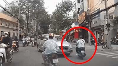 Thanh niên bất ngờ giơ cùi chỏ đập gãy gương ô tô, tài xế 'đứng hình' vì quá bàng hoàng