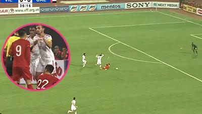 Phạm lỗi thô thiển với Tiến Linh, cầu thủ UAE còn có hành động khó chấp nhận với Hùng Dũng