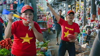 Khách đông cũng kệ, các chị, các dì 'vùng lên' cổ vũ rộn ràng cả khu chợ ở Đà Nẵng