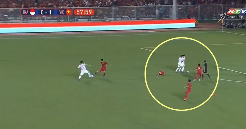 Cay cú vì bị U22 Việt Nam phá bóng liên tục, cầu thủ Indo tấn công Tiến Linh thô bạo rồi lăn ra ăn vạ, chẳng ngờ khiến cả đội phải trả giá