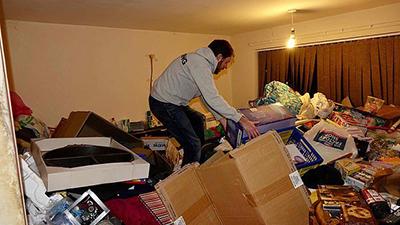 Người mua nhà phát sốc trước đống rác chất như núi của chủ trước để lại