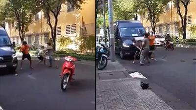 Clip: 2 thanh niên chạy xe máy lao vào đánh tài xế ô tô chảy máu đầu sau va chạm giao thông