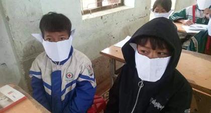 Học sinh đeo khẩu trang bằng giấy: 'Đeo cho vui'