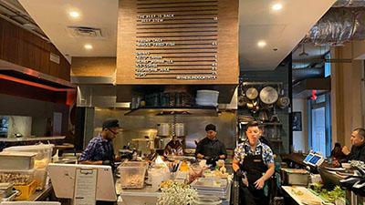 Một đầu bếp Việt nổi tiếng gây bão mạng khi thẳng thừng chê món ăn ở quán Vua đầu bếp Christine Hà không ngon, trình bày cẩu thả còn thái độ phục vụ thì rất 'láo'?