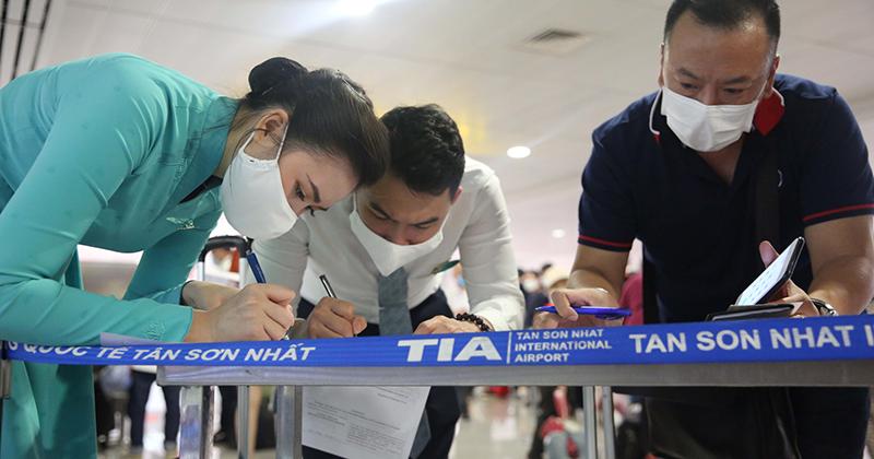 Hàng loạt nhân viên cấp cao của Vietnam Airlines phải cách ly ngay sau khi Bộ Y tế phát hiện nhân viên hãng này nhiễm Covid-19