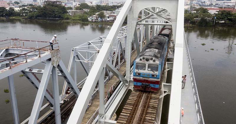 Mải mê chụp hình tự sướng trên cầu vượt đường sắt, 2 nữ sinh Bình Định ngã vào đoàn tàu đang chạy tử vong tại chỗ