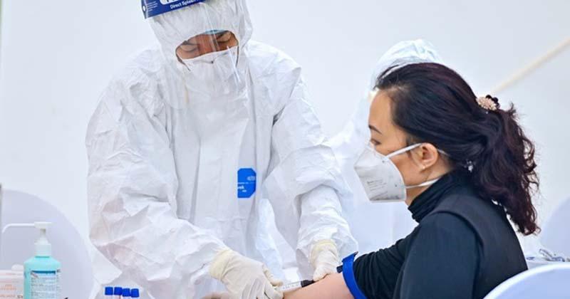 Trong khi chưa xác định được nguồn lây của BN 243, đã phát hiện 2 trường hợp tiếp xúc gần bệnh nhân này nhiễm Covid-19