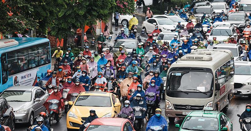 Mưa lớn bất ngờ từ sáng sớm, đường xá Hà Nội kẹt cứng người dân khổ sở xê dịch