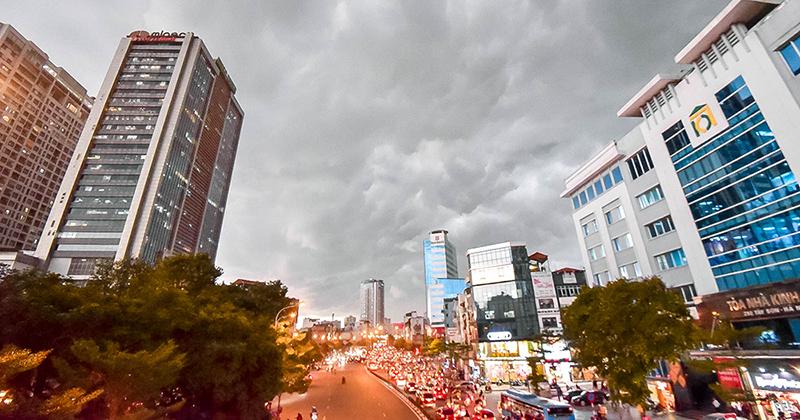 Hiện tượng thời tiết cực đoan: Trời tối sầm nguy cơ lốc và sét, người Hà Nội bật đèn di chuyển lúc 5h chiều