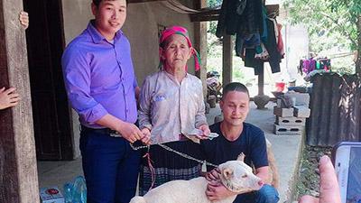Nam thanh niên vượt 140km tặng lại cụ bà H'Mông chú chó đã mua: 'Ngày mai cụ có bán cho ai nữathì cũng là quyền của cụ'