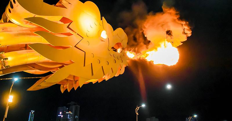 Cầu Rồng comeback với màn phun lửa, phun nước đẹp mãn nhãn sau gần 3 tháng 'ngủ giữa mùa dịch'