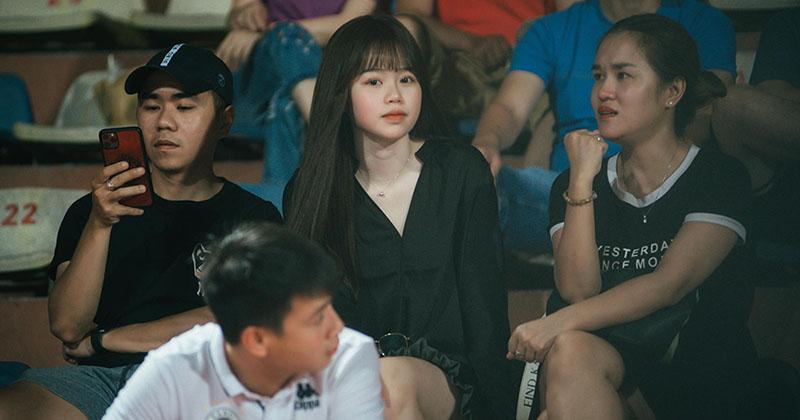 Bạn gái xuất hiện bất ngờ trên khán đài, cổ vũ Quang Hải giữa tin đồn trục trặc tình cảm
