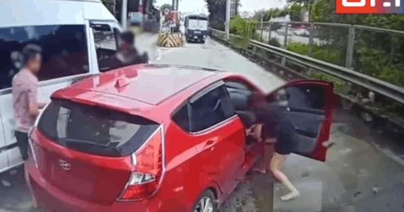 CLIP: Chèn ép xe con bị cô gái rút guốc đuổi, tài xế đang 'hổ báo' phải rút vào xe cố thủ