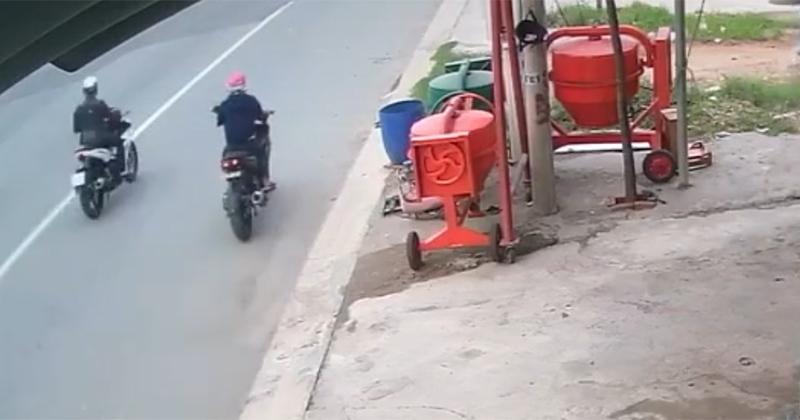 Clip: Giả vờ xin điếu thuốc, nhóm cướp dàn cảnh cướp xe của người đàn ông trong nháy mắt