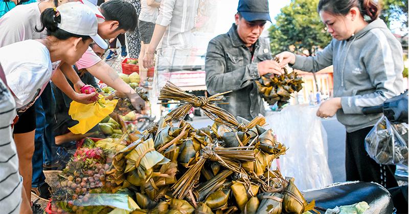Hàng buôn kiếm tiền triệu dịp Tết đoan ngọ: Cả nghìn chiếc bánh ú tro sạch veo trong tích tắc buổi sáng