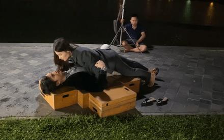 Tình yêu và tham vọng: Lại lộ clip hậu trường Diễm My 9x hôn Nhan Phúc Vinh khiến fan phải thốt lên 'diễn quá nhập!'
