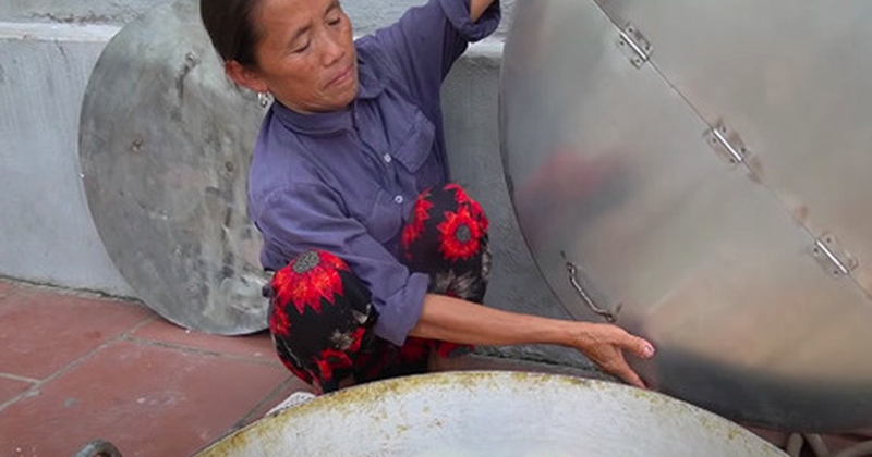 Bị chê nấu ăn dùng tay trần mất vệ sinh nhưng lần này Bà Tân Vlog lại được dân mạng thanh minh hộ với lý do rất đúng đắn