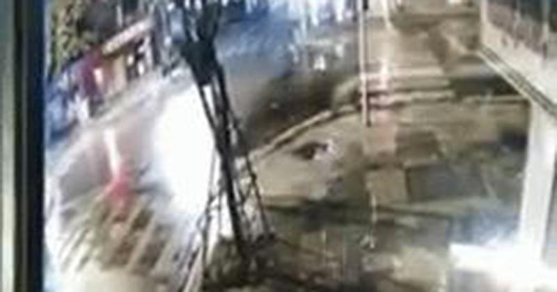 Camera an ninh nhà dân 'bóc' vụ đâm xe như phim hành động giữa ngã tư phố Hà Nội