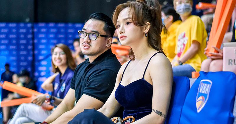 Miu Lê  gây xôn xao khi xuất hiện cùng 'bạn trai tin đồn' tham gia sự kiện bóng rổ