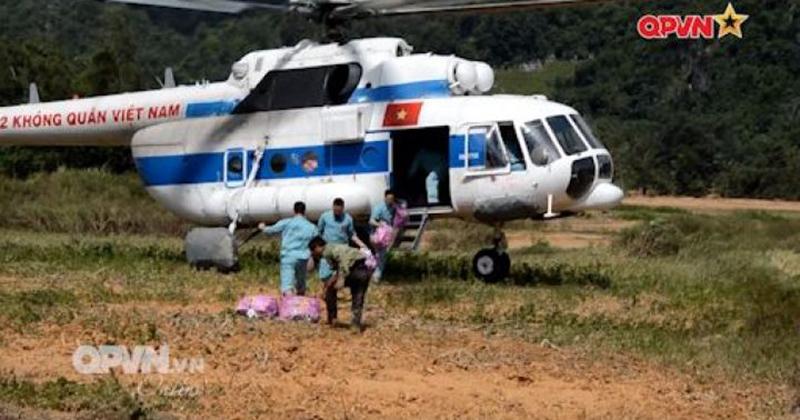 Dùng trực thăng cứu hộ người dân Quảng Trị bị cô lập