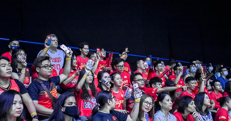 Fans Saigon Heat có cách cổ vũ 'độc quyền', khiến khán đài VBA lung linh như đêm hội