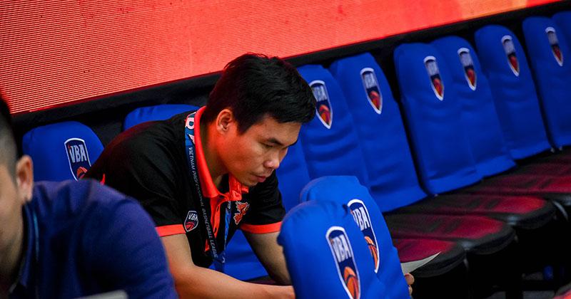 HLV Phan Thanh Cảnh ngồi lặng lẽ một góc sân đấu sau trận gặp Nha Trang Dolphins