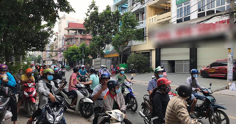 Nhiều người tập trung trước phòng tập gym Sài Gòn, đòi gặp mặt 'gym chúa' nói chuyện
