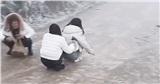 Clip: Chơi trò 'đoàn tàu nối đuôi' trên nền băng tuyết trơn trượt, nhóm bạn trẻ gặp cái kết khá đau đớn