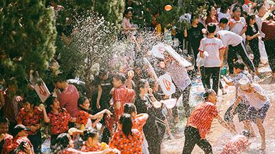 500 ngàn quả bóng nước khiến bế giảng của THPT Kon Tum bùng nổ